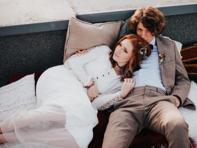Brautpaar kuschelt