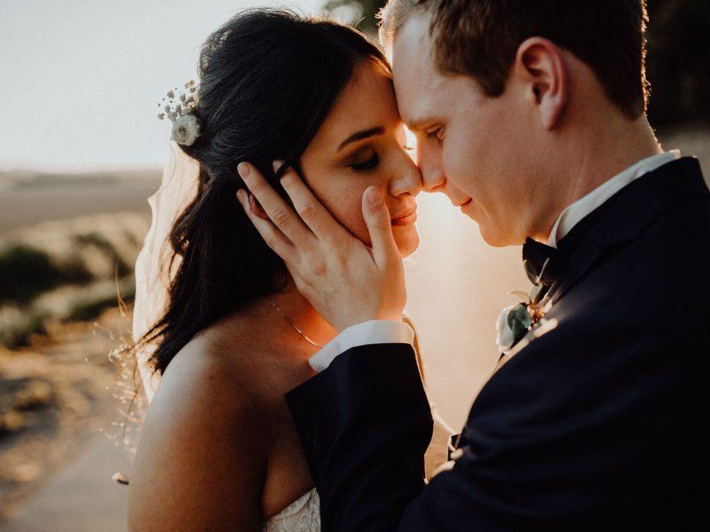Braut und Bräutigam Nase an Nase